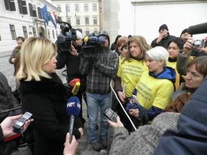 Roditelji i ministrica Opačić na Markovom trgu 14. prosinca 2012.