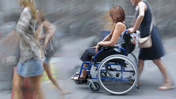Djevojka u kolicima s asistenticom